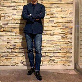 Come indossare e abbinare: blazer doppiopetto blu scuro, maglione girocollo blu scuro, jeans blu scuro, mocassini con nappine in pelle neri
