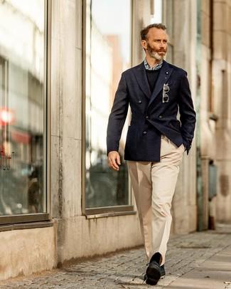 Come indossare e abbinare: blazer doppiopetto blu scuro, maglione girocollo nero, pantaloni eleganti beige, scarpe derby in pelle scamosciata nere