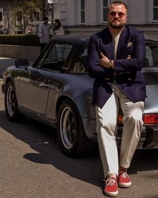 Trend da uomo 2021: Mostra il tuo stile in un blazer doppiopetto blu scuro con pantaloni eleganti beige per una silhouette classica e raffinata Scegli un paio di sneakers basse di tela rosse come calzature per avere un aspetto più rilassato.