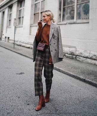 Come indossare: blazer doppiopetto scozzese grigio, maglione oversize terracotta, pantaloni stretti in fondo a quadri marrone scuro, stivaletti in pelle terracotta