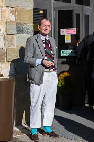 Come indossare e abbinare: blazer doppiopetto di lana grigio, maglione senza maniche stampato bordeaux, camicia a maniche lunghe azzurra, chino bianchi