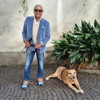 Come indossare e abbinare un fazzoletto da taschino giallo: Per un outfit quotidiano pieno di carattere e personalità, indossa un blazer doppiopetto azzurro con un fazzoletto da taschino giallo. Per un look più rilassato, calza un paio di scarpe sportive bianche e blu.