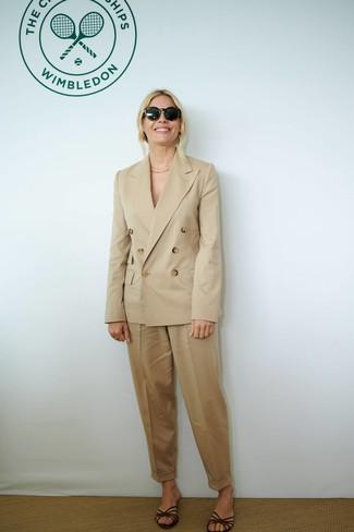 Come indossare: blazer doppiopetto marrone chiaro, pantaloni stretti in fondo marrone chiaro, sandali piatti in pelle marrone scuro, occhiali da sole neri