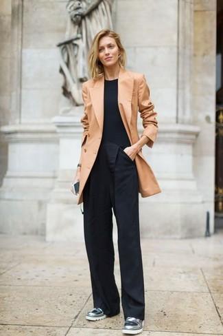 Come indossare: blazer doppiopetto marrone chiaro, t-shirt girocollo nera, pantaloni larghi neri, mocassini eleganti in pelle argento