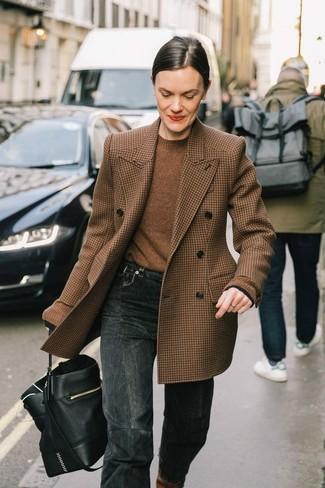 Come indossare e abbinare: blazer doppiopetto di lana con motivo pied de poule marrone, maglione girocollo marrone, jeans grigio scuro, borsa a secchiello in pelle nera