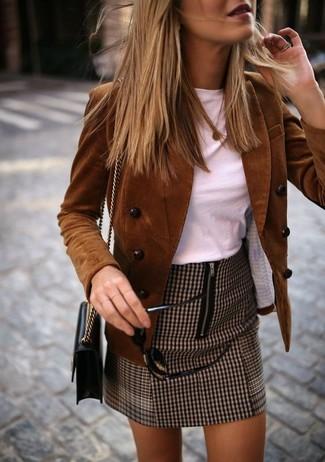 Come indossare: blazer doppiopetto di velluto a coste marrone, t-shirt girocollo bianca, minigonna con motivo pied de poule marrone, borsa a tracolla in pelle nera