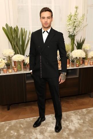 Come indossare e abbinare: blazer doppiopetto nero, camicia elegante bianca e nera, pantaloni eleganti neri, scarpe derby in pelle con borchie nere