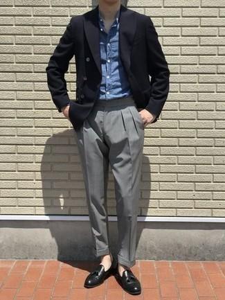 Come indossare e abbinare un blazer doppiopetto nero: Indossa un blazer doppiopetto nero con pantaloni eleganti grigi per un look elegante e di classe. Indossa un paio di mocassini con nappine in pelle neri per un tocco più rilassato.