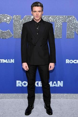 Come indossare e abbinare: blazer doppiopetto nero, camicia elegante nera, pantaloni eleganti neri, stivali chelsea in pelle neri