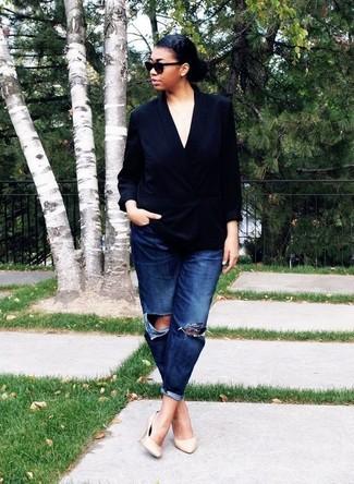 Come indossare e abbinare décolleté in pelle beige: Potresti combinare un blazer doppiopetto di seta nero con jeans boyfriend strappati blu scuro per un look trendy e alla mano. Questo outfit si abbina perfettamente a un paio di décolleté in pelle beige.