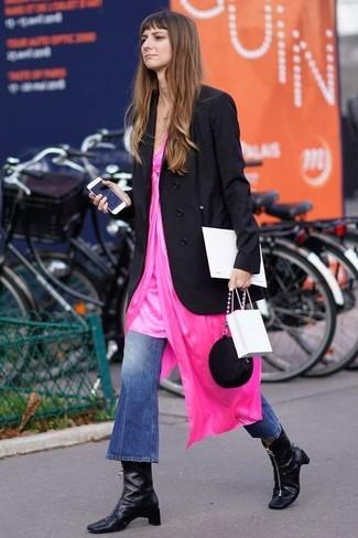 Come indossare e abbinare: blazer doppiopetto nero, sottoveste fucsia, jeans a campana blu, stivaletti in pelle neri