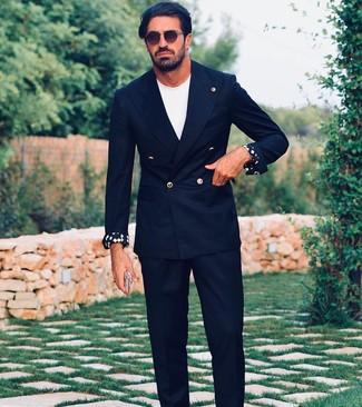 Come indossare e abbinare: blazer doppiopetto nero, t-shirt girocollo bianca, pantaloni eleganti neri, occhiali da sole marrone scuro