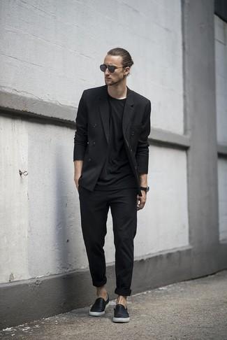 Come indossare: blazer doppiopetto nero, t-shirt girocollo nera, chino neri, sneakers senza lacci in pelle nere