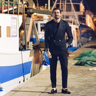 Come indossare e abbinare: blazer doppiopetto nero, t-shirt girocollo nera, pantaloni eleganti neri, mocassini eleganti in pelle scamosciata ricamati neri