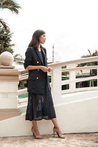 Come indossare e abbinare: blazer doppiopetto nero, vestito longuette di pizzo nero, sandali con tacco in pelle beige