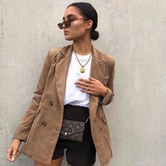 Come indossare: blazer doppiopetto marrone, pantaloncini ciclisti neri, borsa a tracolla in pelle stampata marrone scuro, occhiali da sole marroni