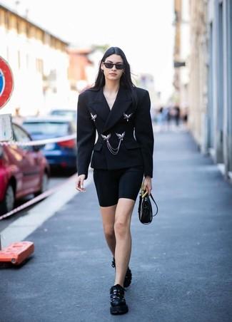 Come indossare e abbinare: blazer doppiopetto nero, pantaloncini ciclisti neri, scarpe sportive nere, borsa a tracolla in pelle nera