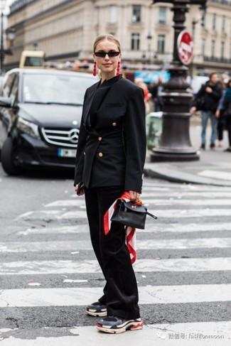 Come indossare e abbinare: blazer doppiopetto nero, pantaloni a campana neri, scarpe sportive grigio scuro, borsa a mano in pelle nera
