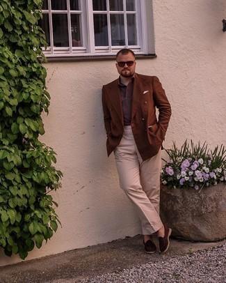Trend da uomo 2021: Scegli un blazer doppiopetto marrone e pantaloni eleganti beige per essere sofisticato e di classe. Prova con un paio di mocassini eleganti in pelle scamosciata marrone scuro per un tocco più rilassato.