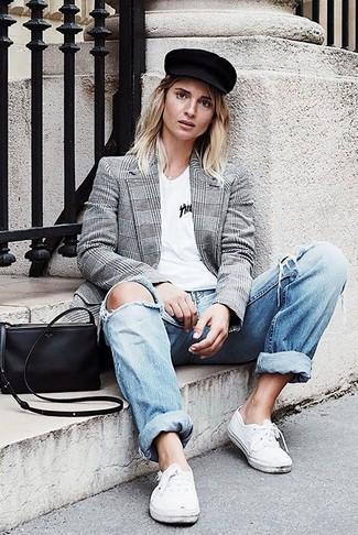 Come indossare: blazer doppiopetto scozzese grigio, t-shirt con scollo a v bianca, jeans boyfriend strappati azzurri, sneakers basse bianche
