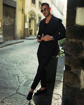 Come indossare e abbinare: blazer doppiopetto nero, t-shirt girocollo nera, chino neri, mocassini con nappine in pelle neri