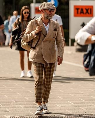 Come indossare e abbinare: blazer doppiopetto marrone chiaro, t-shirt girocollo bianca, chino scozzesi marroni, scarpe sportive beige