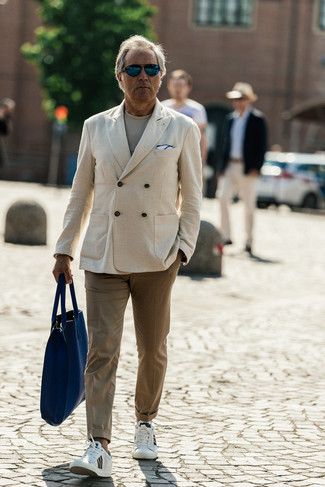 Trend da uomo: Prova a combinare un blazer doppiopetto beige con chino marrone chiaro se preferisci uno stile ordinato e alla moda. Se non vuoi essere troppo formale, prova con un paio di sneakers basse in pelle bianche.
