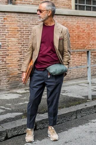 Moda uomo anni 60: Scegli un blazer doppiopetto marrone e chino grigio scuro per un abbigliamento elegante ma casual. Se non vuoi essere troppo formale, mettiti un paio di sneakers basse in pelle scamosciata marrone chiaro.