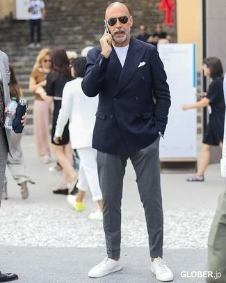 Trend da uomo 2020 in estate 2020: Coniuga un blazer doppiopetto blu scuro con chino grigi per creare un look smart casual. Per distinguerti dagli altri, mettiti un paio di sneakers basse in pelle bianche. Una buona scelta per essere molto elegante in questa stagione estiva!