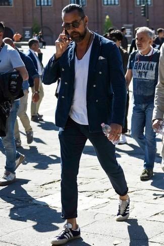 Moda uomo anni 30: Punta su un blazer doppiopetto blu scuro e chino blu scuro per creare un look smart casual. Opta per un paio di sneakers basse in pelle scamosciata blu scuro per avere un aspetto più rilassato.