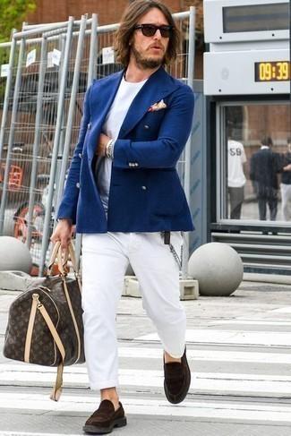 Come indossare e abbinare mocassini eleganti in pelle scamosciata marrone scuro in modo smart-casual: Abbina un blazer doppiopetto blu scuro con chino bianchi per un abbigliamento elegante ma casual. Aggiungi un paio di mocassini eleganti in pelle scamosciata marrone scuro al tuo look per migliorare all'istante il tuo stile.
