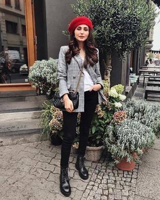 Trend da donna 2021 in modo casual: Vestiti con un blazer doppiopetto scozzese grigio e jeans aderenti neri per un look semplice, da indossare ogni giorno. Vuoi osare? Completa il tuo look con un paio di stivali piatti stringati in pelle neri.