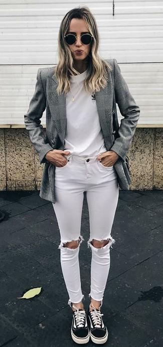 Come indossare e abbinare: blazer doppiopetto scozzese grigio, t-shirt girocollo bianca, jeans aderenti strappati bianchi, sneakers basse di tela nere