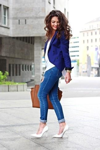Come indossare e abbinare una borsa shopping in pelle marrone: Punta su un blazer doppiopetto blu e una borsa shopping in pelle marrone per una sensazione di semplicità e spensieratezza. Décolleté in pelle bianchi sono una splendida scelta per completare il look.