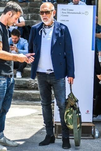 Moda uomo anni 60: Abbina un blazer doppiopetto blu scuro con jeans aderenti grigio scuro se preferisci uno stile ordinato e alla moda. Completa il tuo abbigliamento con un paio di stivali chelsea in pelle scamosciata neri.