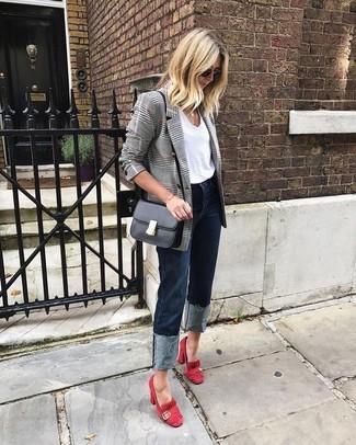 Come indossare: blazer doppiopetto scozzese grigio, t-shirt girocollo bianca, jeans blu scuro, décolleté in pelle scamosciata rossi