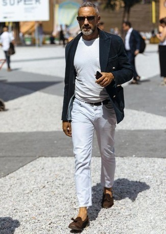Trend da uomo 2020 in primavera 2020: Potresti abbinare un blazer doppiopetto di velluto a coste blu scuro con jeans bianchi per un look davvero alla moda. Scegli un paio di mocassini con nappine in pelle scamosciata marrone scuro come calzature per mettere in mostra il tuo gusto per le scarpe di alta moda. Una stupenda idea per essere cool e trendy anche durante la stagione transitoria.