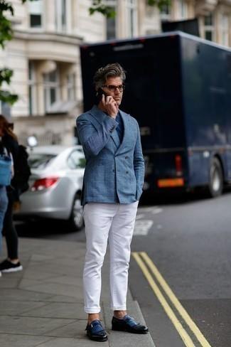 Come indossare e abbinare jeans bianchi: Opta per un blazer doppiopetto a quadri blu e jeans bianchi per un look da sfoggiare sul lavoro. Scegli un paio di mocassini eleganti in pelle con frange blu scuro come calzature per dare un tocco classico al completo.