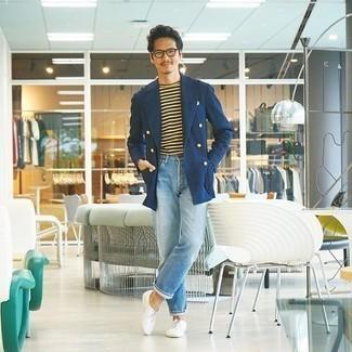 Trend da uomo 2020: Abbina un blazer doppiopetto blu scuro con jeans azzurri per un drink dopo il lavoro. Lascia uscire il Riccardo Scamarcio che è in te e prova con un paio di scarpe oxford di tela bianche per dare un tocco di classe al tuo look.