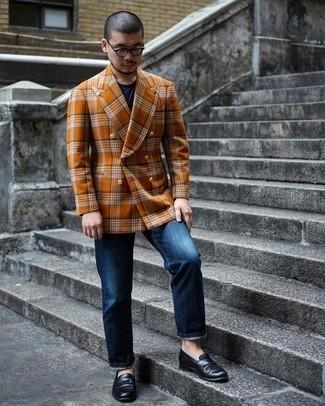 Come indossare e abbinare jeans blu scuro: Vestiti con un blazer doppiopetto di lana arancione e jeans blu scuro per un drink dopo il lavoro. Opta per un paio di mocassini eleganti in pelle neri per mettere in mostra il tuo gusto per le scarpe di alta moda.