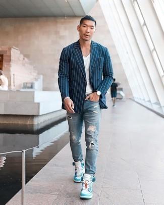 Come indossare e abbinare un bracciale argento: Scegli un outfit composto da un blazer doppiopetto a righe verticali blu scuro e un bracciale argento per una sensazione di semplicità e spensieratezza. Sneakers alte in pelle bianche e blu sono una splendida scelta per completare il look.