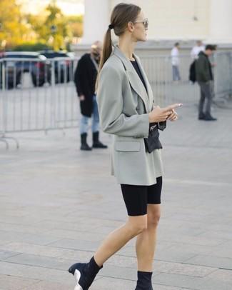 Come indossare: blazer doppiopetto grigio, t-shirt girocollo nera, pantaloncini ciclisti neri, stivaletti elasticizzati neri