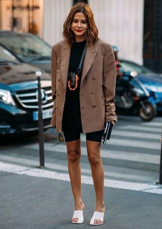 Come indossare: blazer doppiopetto marrone, t-shirt girocollo nera, pantaloncini ciclisti neri, sabot in pelle bianchi