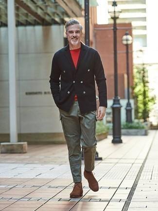Come indossare e abbinare un blazer doppiopetto nero: Potresti indossare un blazer doppiopetto nero e pantaloni cargo verde oliva se cerchi uno stile ordinato e alla moda. Se non vuoi essere troppo formale, indossa un paio di chukka in pelle scamosciata marroni.