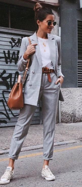 Look alla moda per donna: Blazer doppiopetto a quadri grigio, T-shirt girocollo bianca, Pantaloni eleganti scozzesi grigi, Sneakers basse bianche