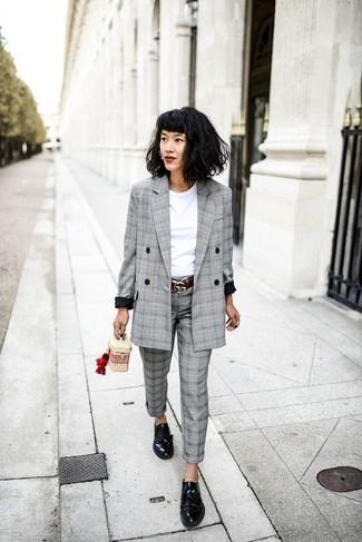 Scegli un blazer doppiopetto scozzese grigio e pantaloni eleganti scozzesi grigi per affrontare con facilità la tua giornata. Perché non aggiungere un paio di scarpe derby in pelle nere per un tocco più rilassato?