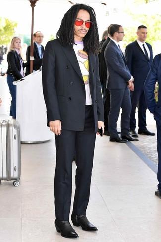 Come indossare e abbinare: blazer doppiopetto nero, t-shirt girocollo stampata bianca, pantaloni eleganti neri, stivali chelsea in pelle neri