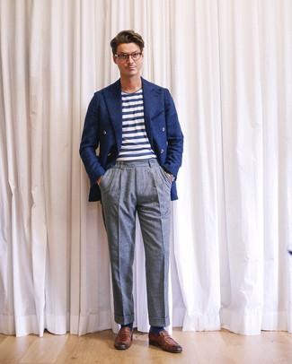 Come indossare e abbinare: blazer doppiopetto di lana blu scuro, t-shirt girocollo a righe orizzontali bianca e blu scuro, pantaloni eleganti di lana grigi, mocassini eleganti in pelle marroni