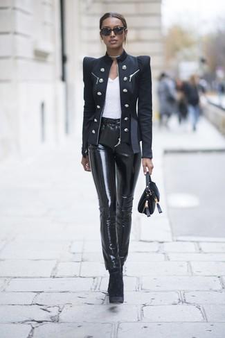 Come indossare e abbinare: blazer doppiopetto nero, t-shirt girocollo bianca, pantaloni skinny in pelle neri, stivaletti di velluto neri