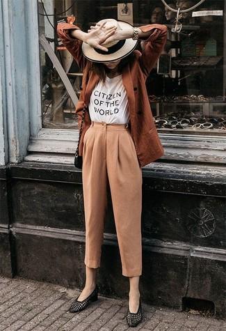 Come indossare e abbinare: blazer doppiopetto terracotta, t-shirt girocollo stampata bianca e nera, pantaloni stretti in fondo marrone chiaro, mocassini eleganti in pelle neri